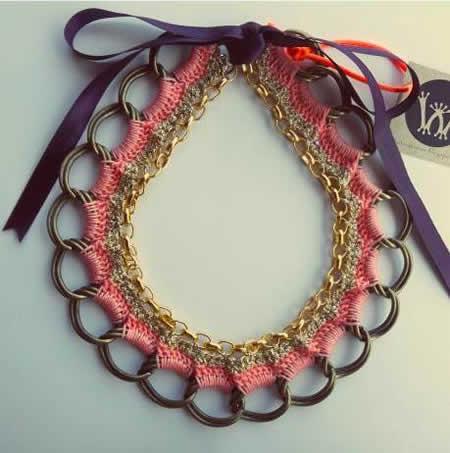 Um colar de crochet