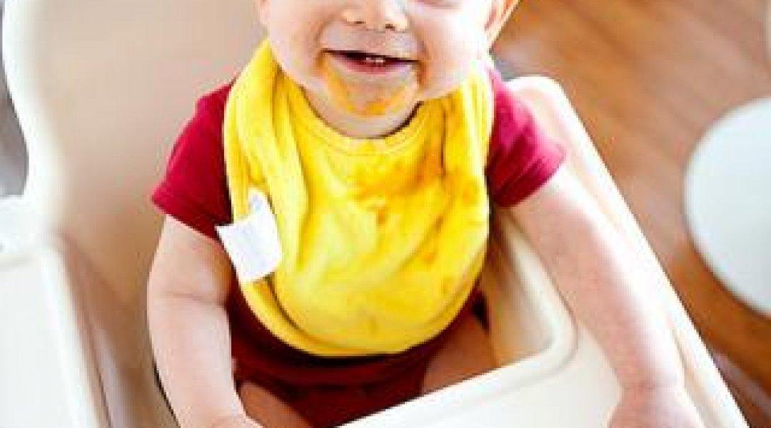 Bebé sentado a comer