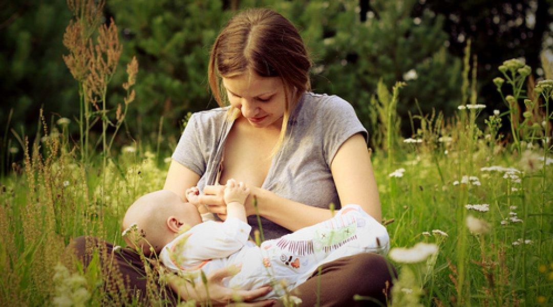 Mãe a amamentar bebé