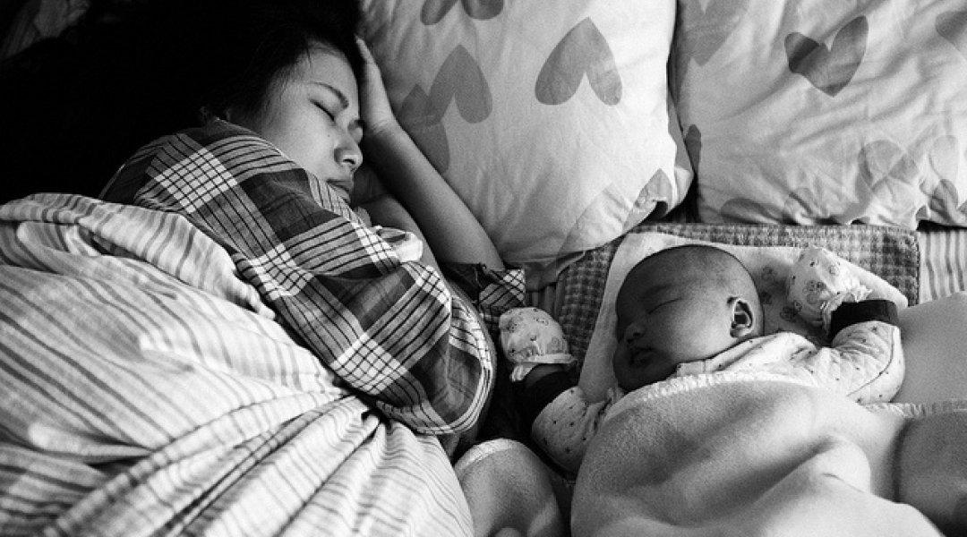 Mãe e bebe a dormirem juntos