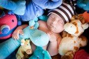 Bebé no meio de brinquedos