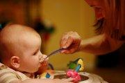 Mãe a dar comida ao bebé