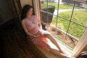 Mulher grávida à janela