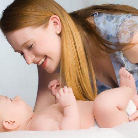 mãe mudar fralda ao bebé