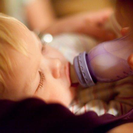 Bebé beber água pelo biberão