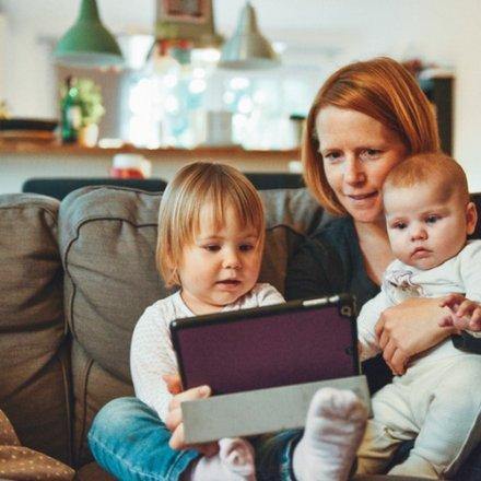 mãe_e_filhos_com_tablet