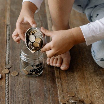 De_Mãe_Para_Mãe_Como_ensinar_as_crianças_importância_do_dinheiro_poupança