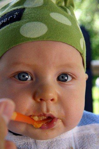 Bebé a comer papa