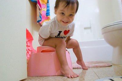 Bebé na casa de banho