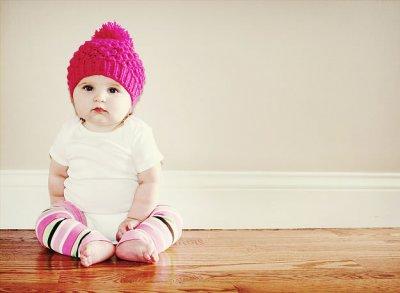 Bebé de gorro e meias feitas há mão