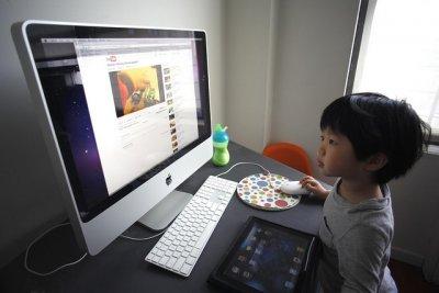 Criança a usar computador para aceder a internet